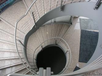 Stahlwendeltreppe-von-oben-ins-Treppenauge-fotografiert