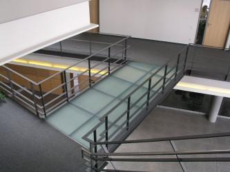 Glaspodest-mit-Stahlgeländer-in-Göppingen