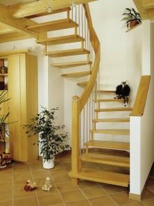 Bolzentreppe aus Buche mit handlauftragend Holz- Edelstahl- Geländer