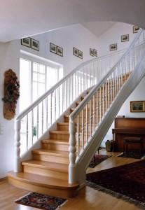Diese Exklusive Holztreppe mit der klassischen Optik einer Stiltreppe gibt dem Raum eine ländliche gehobene Note. Das wunderschöne Ambiente des Raums wird durch die ästhetische Gestaltung der Treppe unterstrichen.