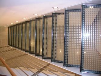 Glasstufen der Stahlwangentreppe von oben
