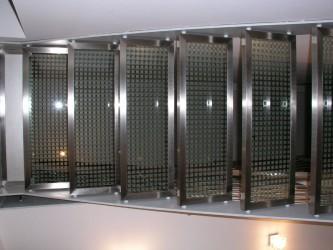 Glasstufen der Stahlwangentreppe von unten