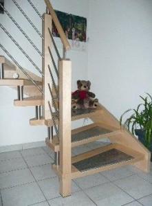 Holz-Bolzentreppe mit Beleuchtung und Graniteinleger