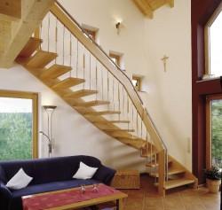 Holzbolzentreppe aus Eiche mit Holz-Edelstahl-Geländer