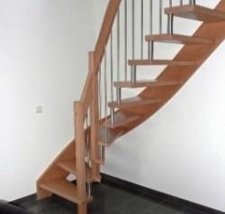 Holztreppe mit geschwungenem rechteckigem Handlauf