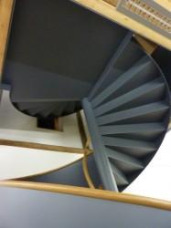 Spindeltreppe mit gefalteten Stufen und geschlossener Untersicht von unten gesehen.