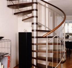 Stahl-Holz-Spindeltreppe mit Edelstahldistanzhaltern, Stufen und geschwungener Holz-Handlauf aus gebeizter Buche, Geländer aus Edelstahl