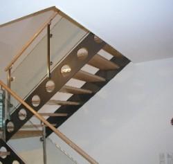Stahltreppe mit Flachstahlwangen und Glasgeländer