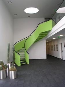 Gewendelte Stahltreppe mit extrem hoher Fachstahlwange