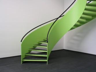 Detail der Wendeltreppe aus Stahl am Treppenantritt
