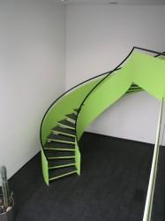 Grüne Wendeltreppe im Innenbereich einen Bürogebäudes