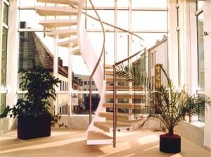 Stahl-Einholmtreppe mit Glasgeländer