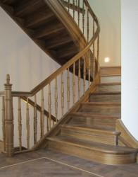 Elegante Holztreppe für Herrenhaus in Stuttgart. Diese Schlosstreppe wurde mit zahlreichen Sonderanfertigungen gebaut. Wunderschöne gedrechselten Füllstäbe und verzierte Holzwangen versetzen das Gebäude in alte Zeiten.