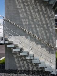 Kragarmtreppe aus Stahl im Außenbereich mit Stufenbeläuchtung