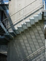 Der Treppenlauf einer Kragarmtreppe beim Lichtspiel mit der Sonne